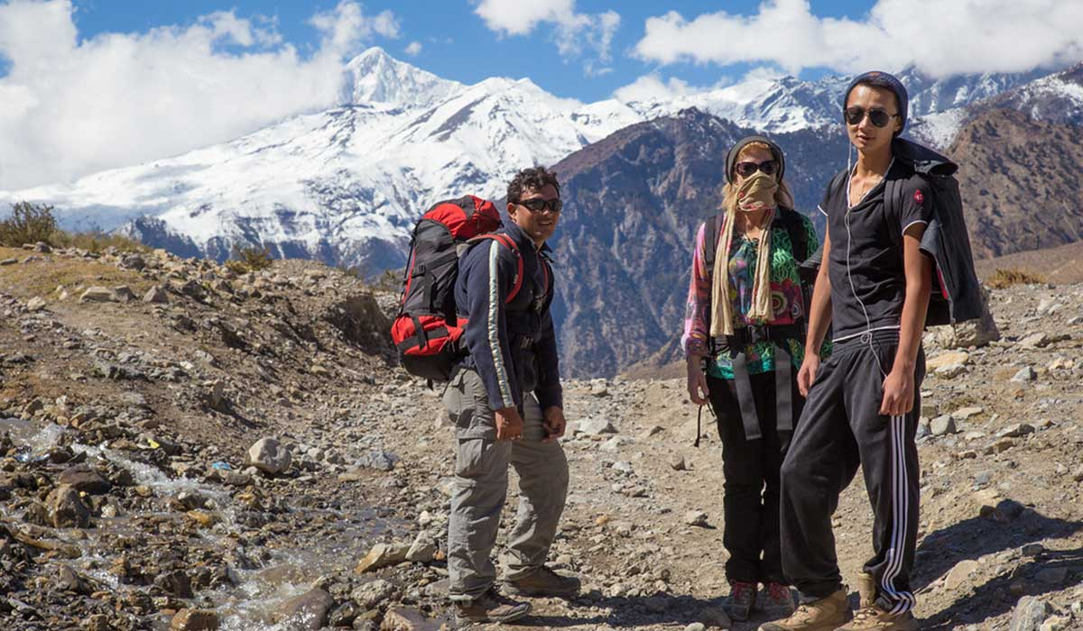 how much to tip nepal trekking guide